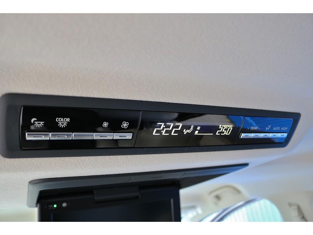 リアオートエアコンも標準装備となっており、後席の方も快適な車内空間となります!