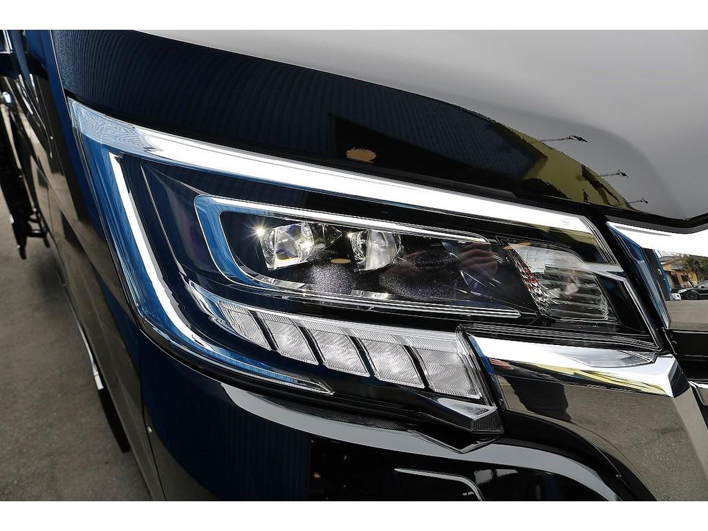 2眼LEDヘッドランプ(オートレベリング機能付き)+LEDクリアランスランプ(デイライト機能付き)で視認性も向上しております!