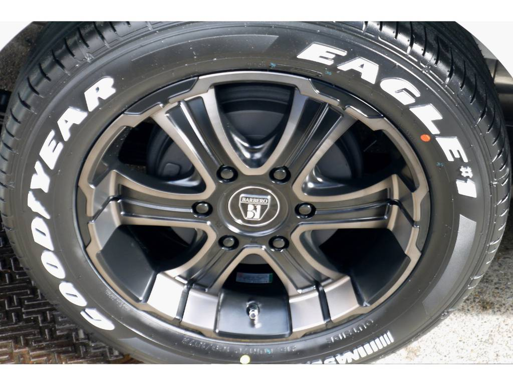 足元にはフレックスオリジナルカラーのワイルドディープス17インチアルミにナスカータイヤをインストール!!