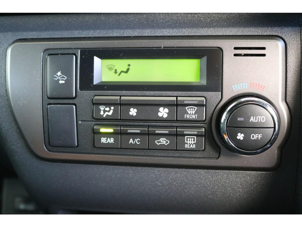 フロントエアコンプッシュ式コントロールパネル!!設定温度に合わせて風量や吹出しモードを自動制御するため温度調整もばっちりです!!