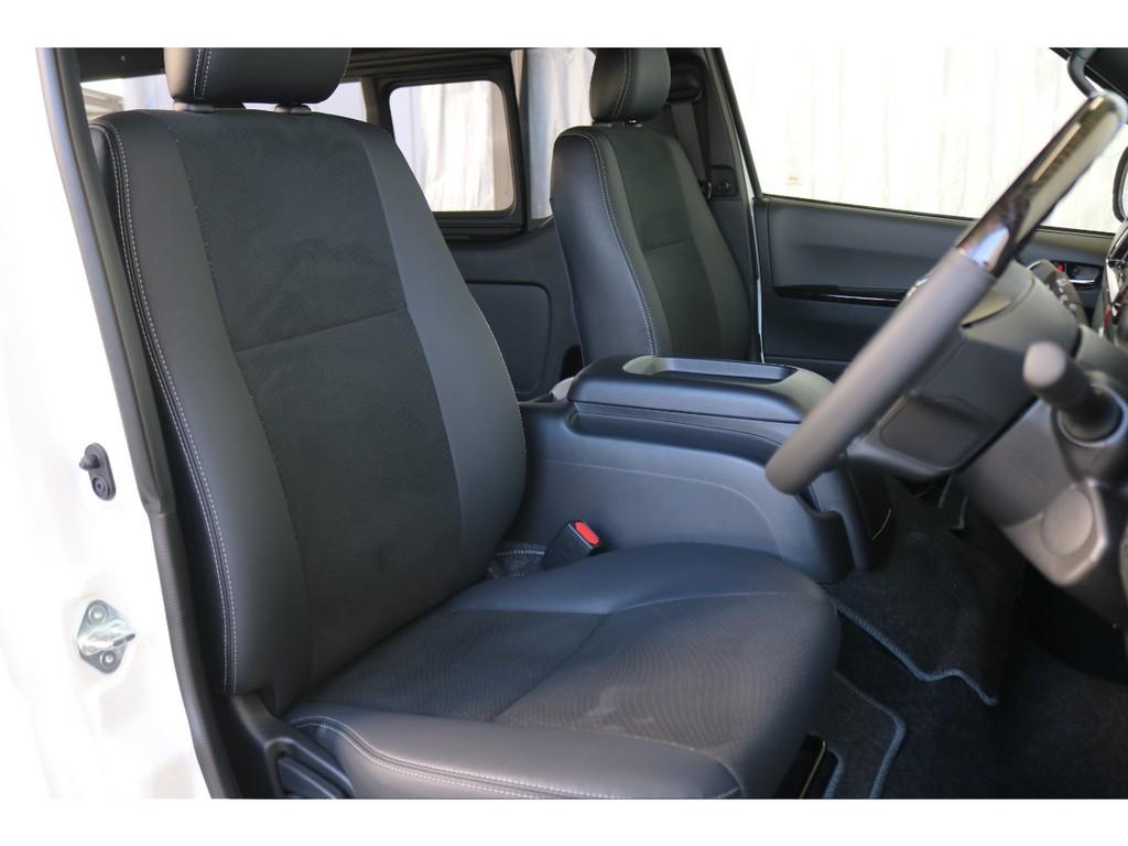 運転席開口部です。ハーフレザー調シートとダークグレーの色合いが落ち着いた空間を演出しています!!