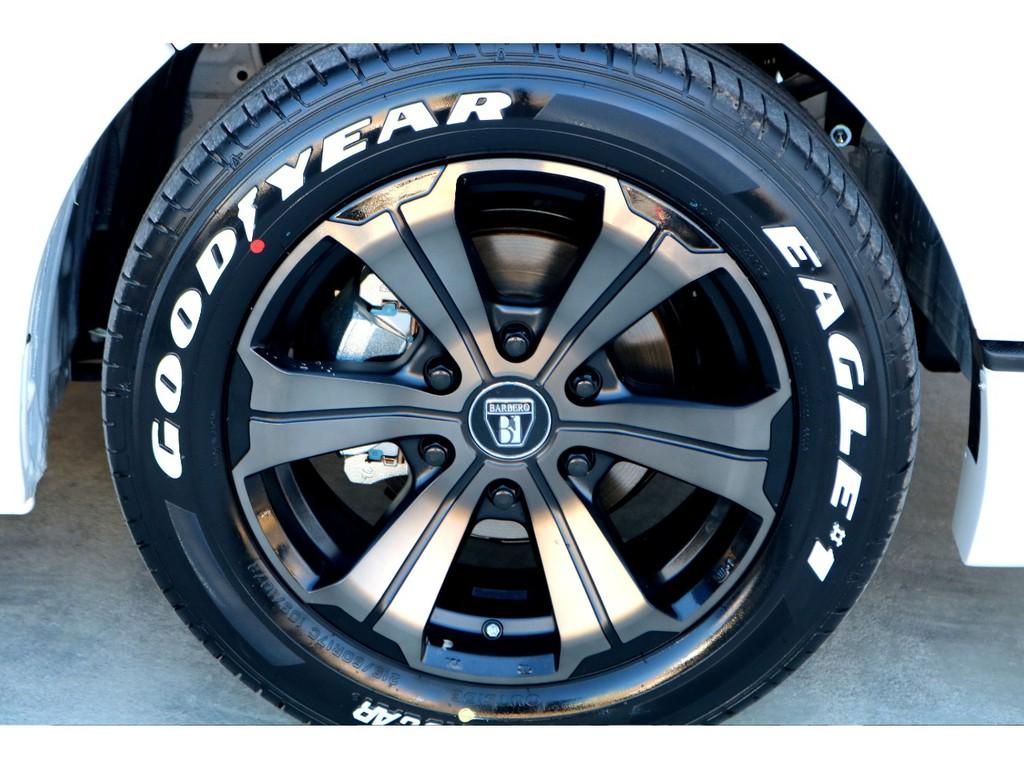 足元にはFLEXオリジナルカラー バルベロUG 17インチアルミにナスカー ホワイトレタータイヤをチョイス!!