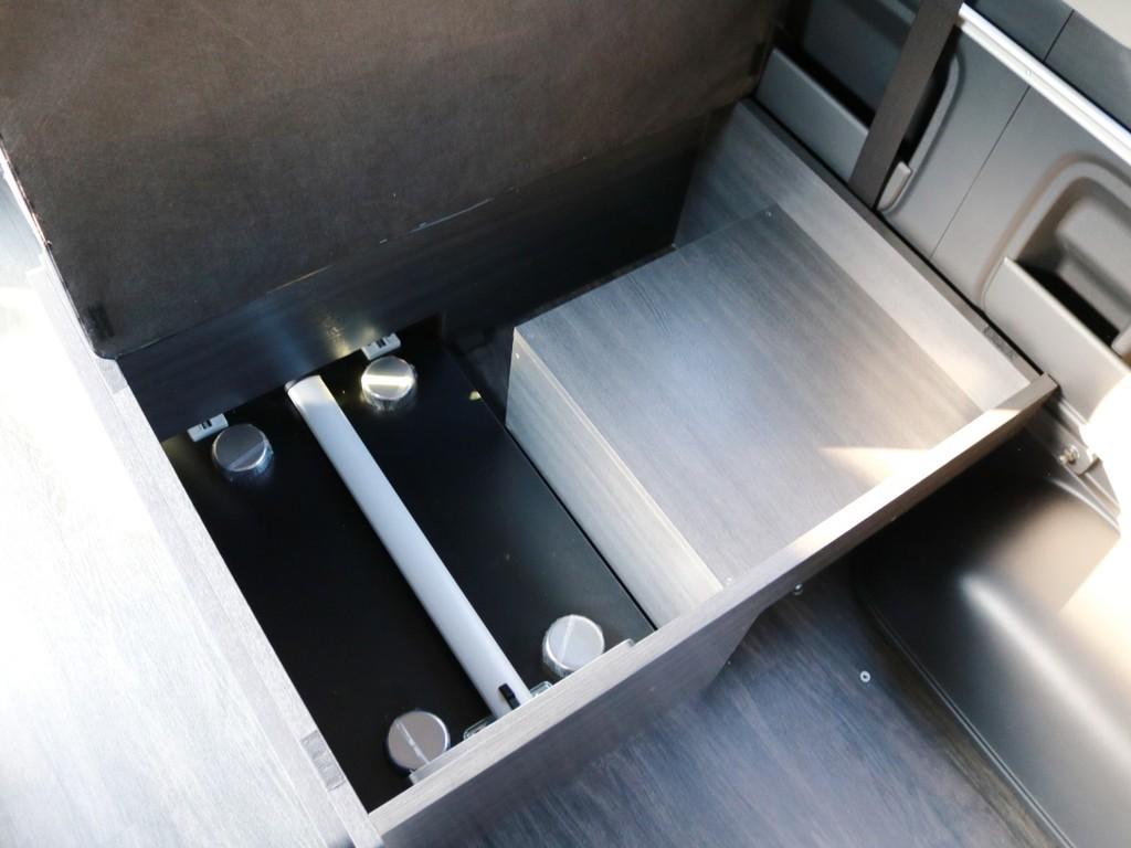取り外したベッドマット・テーブルは3列目下の収納スペースに収納が可能です!