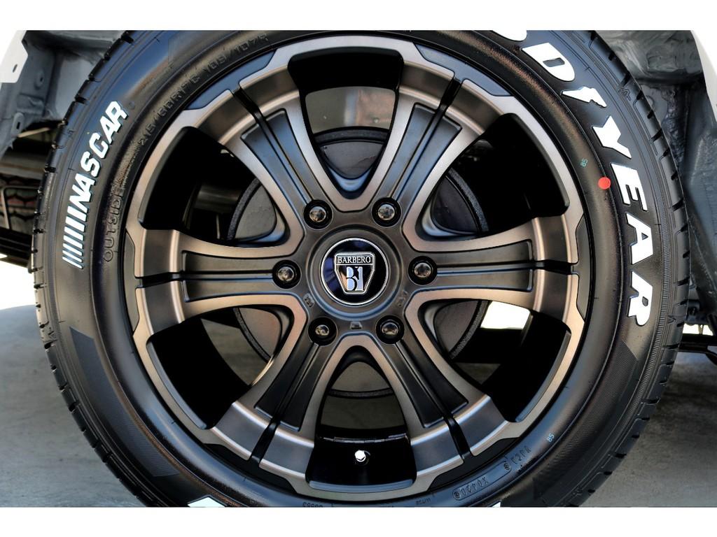 足元にはFLEXオリジナルカラー バルベロWD 17インチアルミにナスカー ホワイトレタータイヤをチョイス!!