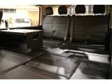 【後席ベッドキット完備】脱着式テーブル付。快適な車中泊をお楽しみ頂けます。