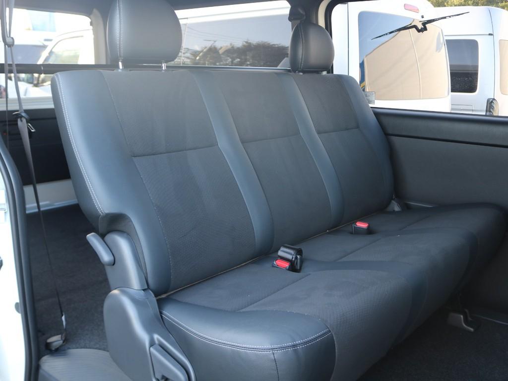 セカンドシートはリクライニング可能な便利なバンチシート♪