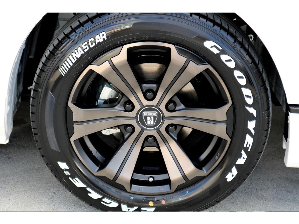 足元にはFLEXオリジナルカラー バルベロUG17インチアルミにナスカー ホワイトレタータイヤをチョイス!!