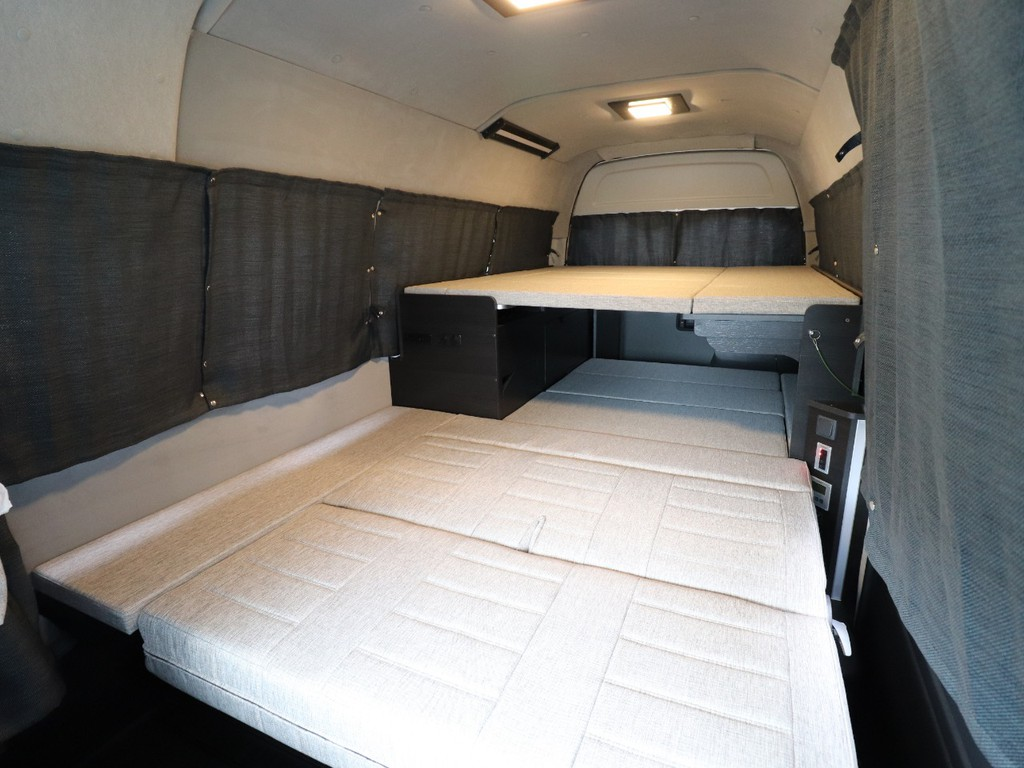 カーテンも付いており、どこでも車中泊可能です!