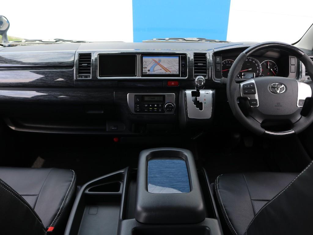 運転席周りは黒木目インテリアパネルキットを装着し高級感を演出☆