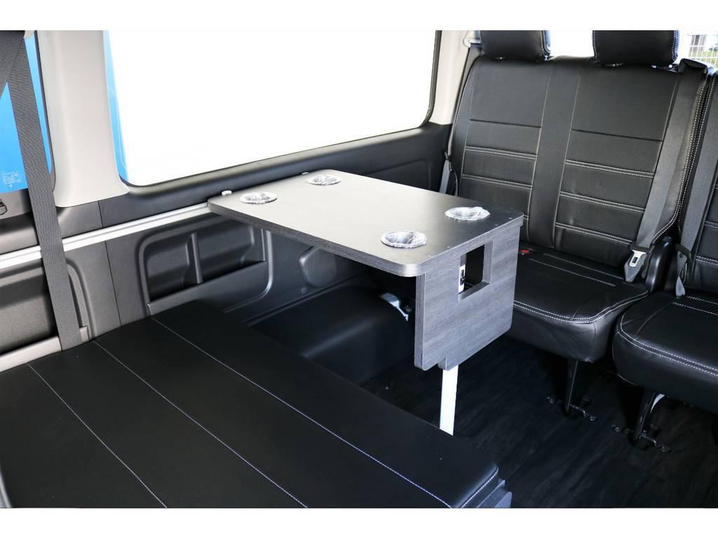 ドリンクホルダー付きの机が装着されているので、休憩中など快適な車内で飲食が可能です!