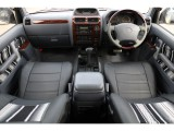 グレー内装の車内にブラックレザー調のシートカバーで高級感のある内装に!