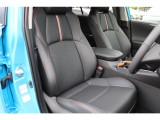 オレンジステッチの入った合皮のシートは、メーカーオプションのシートベンチレーションを装備済み!