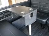 カップホルダー付きテーブルを完備!