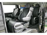 多くのお客様が憧れるキャプテンシート4脚搭載車両!リクライニング&オットマン付きで快適な車内空間に!