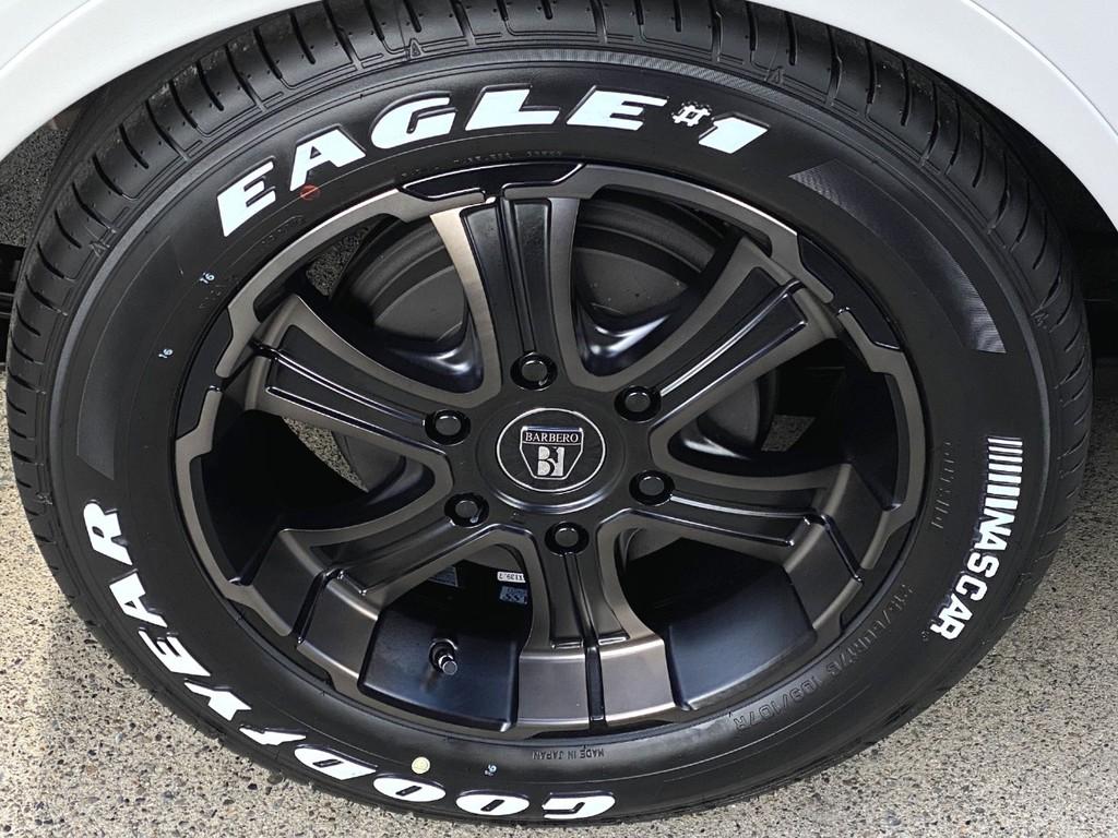 足元にはFLEXオリジナルカラーのワイルドディープス17インチアルミにナスカータイヤをインストール!!