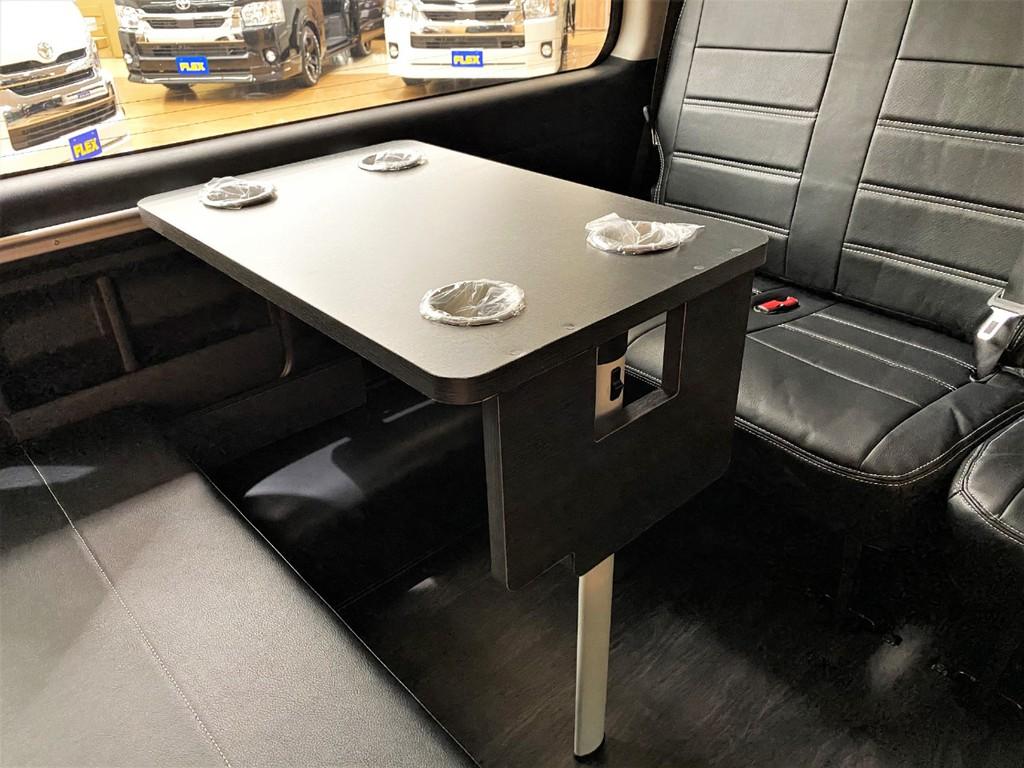 【オプション】サイドテーブルも装着済み!車内での作業や食事も可能★