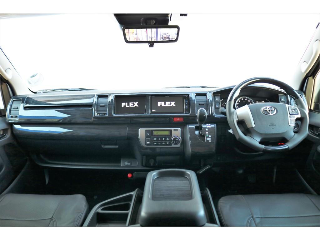 運転席はツインモニター搭載で機能的かつインテリアパネルで高級感も演出!!