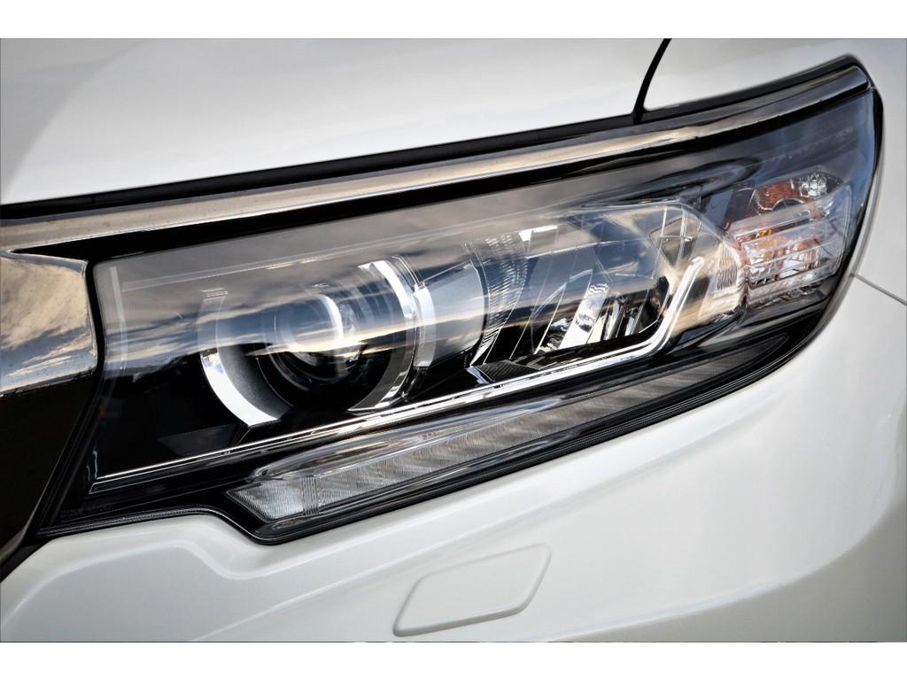 高輝度で点灯速度が速く、しかも消費電力の少ないLEDをハイ・ロービーム&フォグに採用。先行車・対向車への眩惑防止に配慮し、車両姿勢の変化に関わらず照射軸を一定に保つオートレベリング機能付です!
