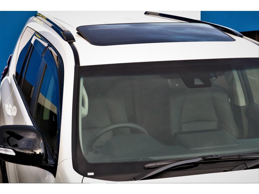 サンルーフも付いてます!太陽光、新鮮な空気を取り入れ車内はとても快適に!晴れた日のロングドライブには欠かせない人気装備です!チルトアップ、スライド開閉と2段階の操作が可能です!