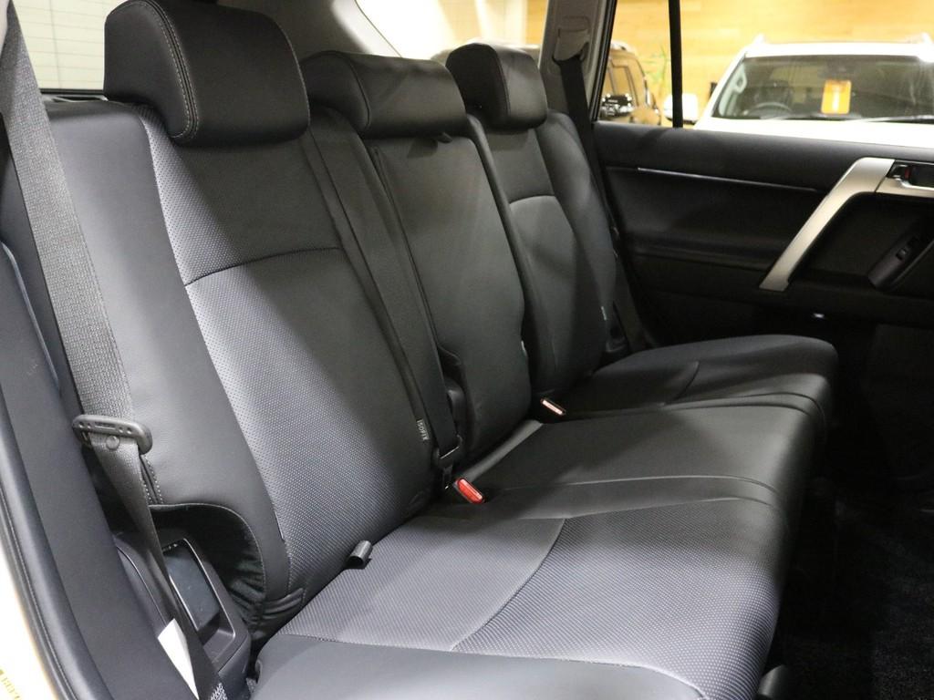 リクライニングも可能なセカンドシートはゆったりとお使い頂けます。