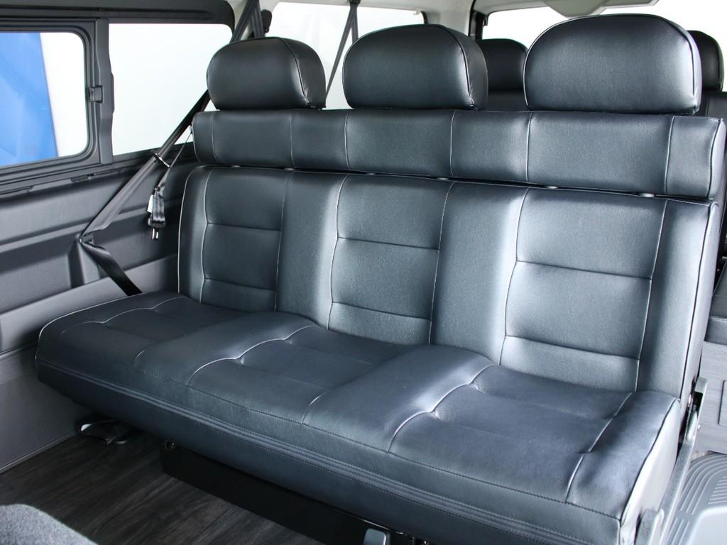 シートアレンジVer5の2列目シートになります。大人の方3名様でもゆったり座ることができます。