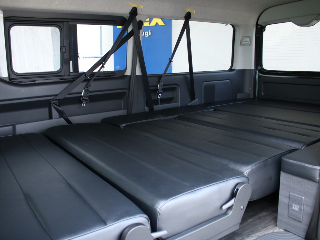 フルフラットにアレンジすることも可能で、車中泊にもってこいのシートになっています。