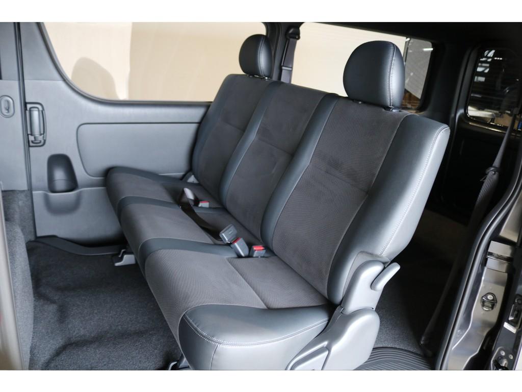 セカンドシートは3人掛けシート!(リクライニング可能!)