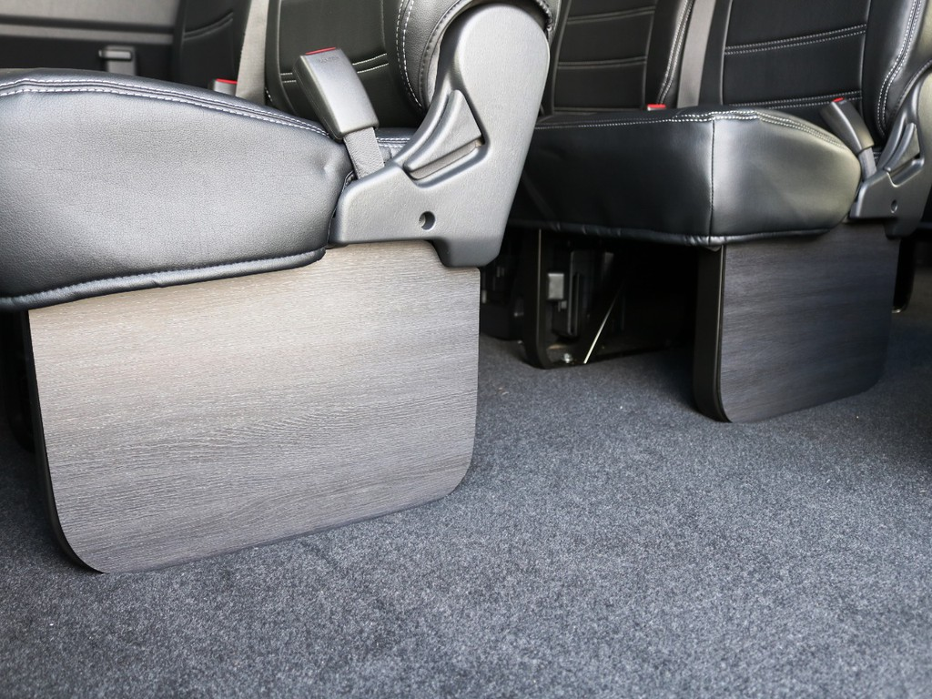 後部座席足元には、黒木目調インテリアフットパネルを装着済み♪