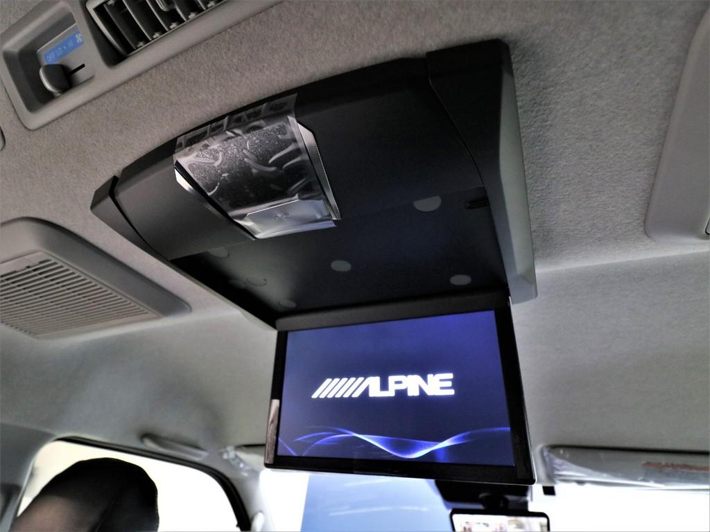 ALPINEのフリップダウンモニター付きなので後ろに座っている人も楽しめます!