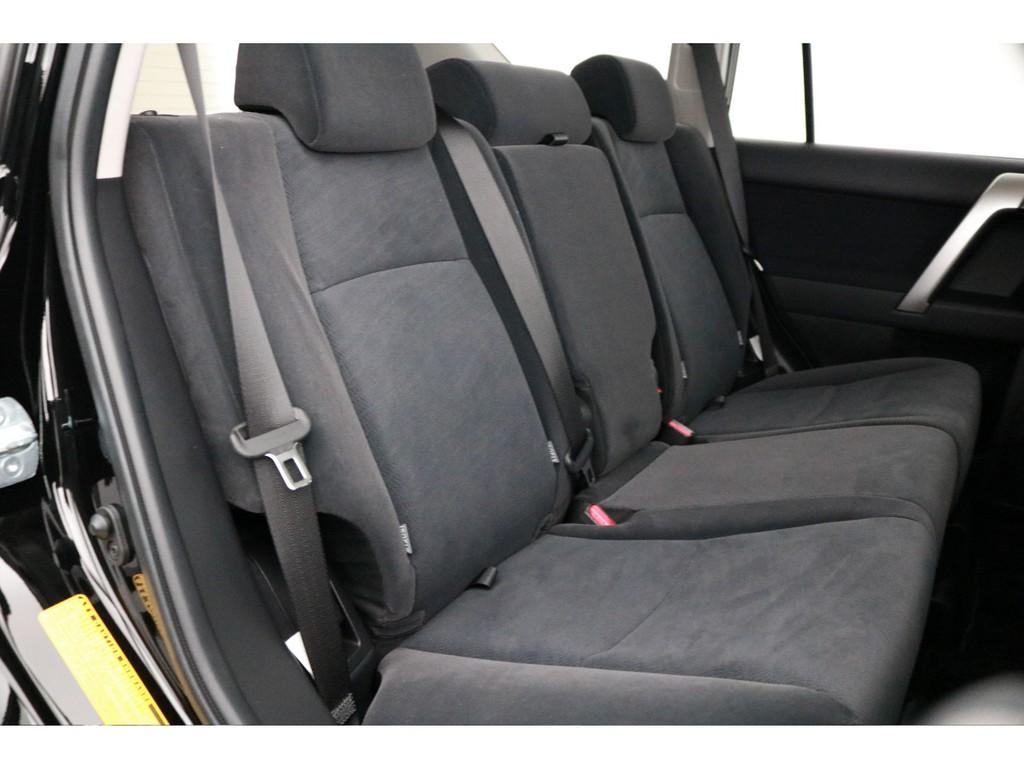 ゆったり乗れるセカンドシート!チャイルドシートもシートベルト固定はもちろんのことISOFIXにも対応!