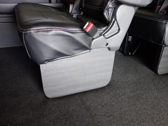 セカンド、サードシートにはフットパネルも装着済み!!