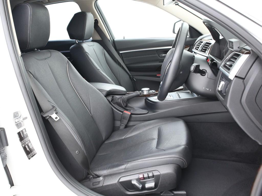 運転席&助手席シートは電動移動式になっております!
