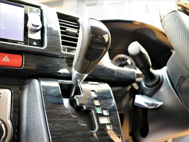 黒木目インテリアパネル装着しました♪ | トヨタ ハイエース 2.7 GL ロング ミドルルーフ 4WD トリプルモニターPKG