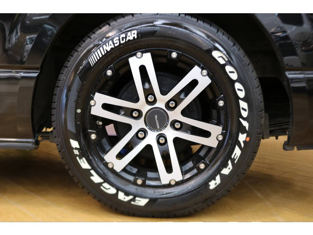 マッコイズアルミホイールにナスカータイヤの組み合わせ! | トヨタ ハイエースバン 3.0 スーパーGL ロング ディーゼルターボ 4WD オリジナルフロントスポイラー装着