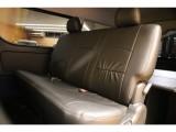 【室内空間】黒革調のシートカバーを装着し、車内後部にはベッドキットを取付済です♪