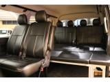 車内後部にはクラウンベッドキット搭載☆足を伸ばしてくつろぐことができちゃいます!