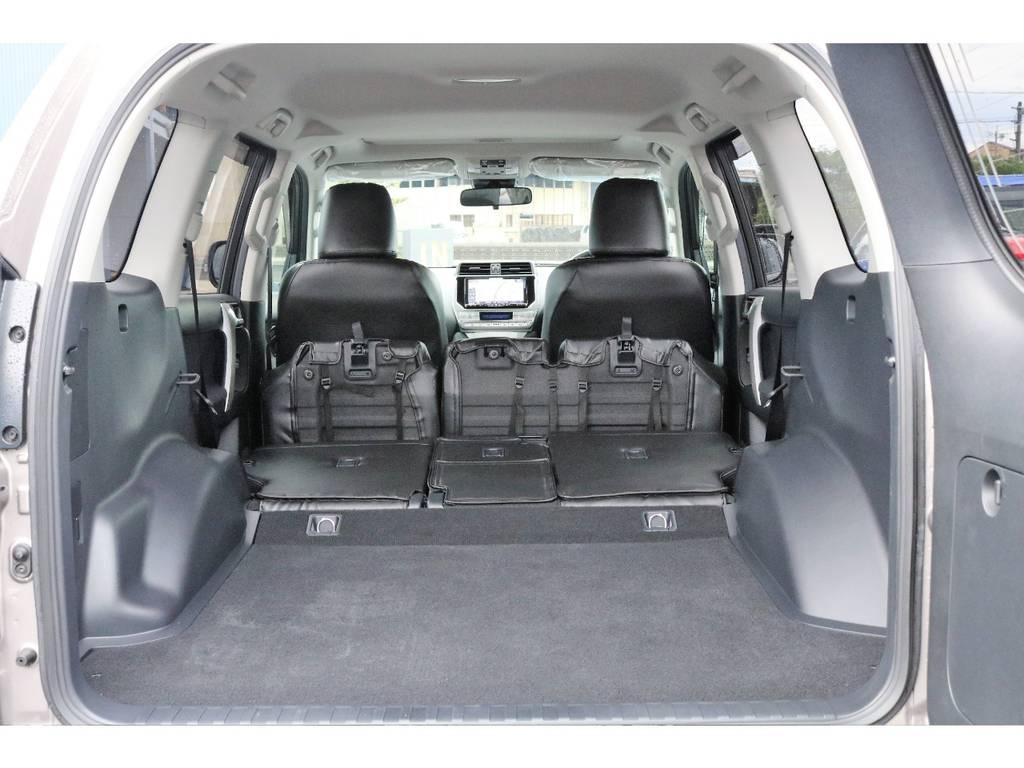 2列目のシートを倒せばさらに広くなりより多く荷物を積むことができます!!!!   トヨタ ランドクルーザープラド 2.8 TX ディーゼルターボ 4WD TRDフロントスポイラー