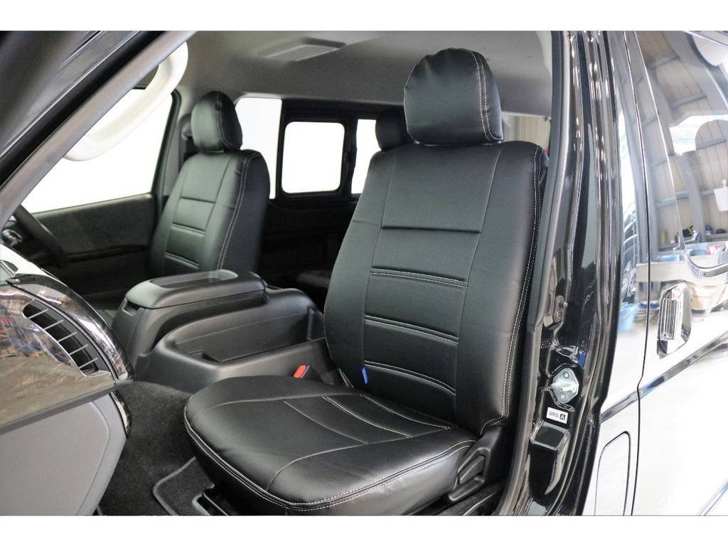 シートにはフィッティングの良いFLEXオリジナルブラックレザー調シートカバーを新品で装着して高級感を演出しています。 | トヨタ ハイエース 2.7 GL ロング ミドルルーフ 4WD R1