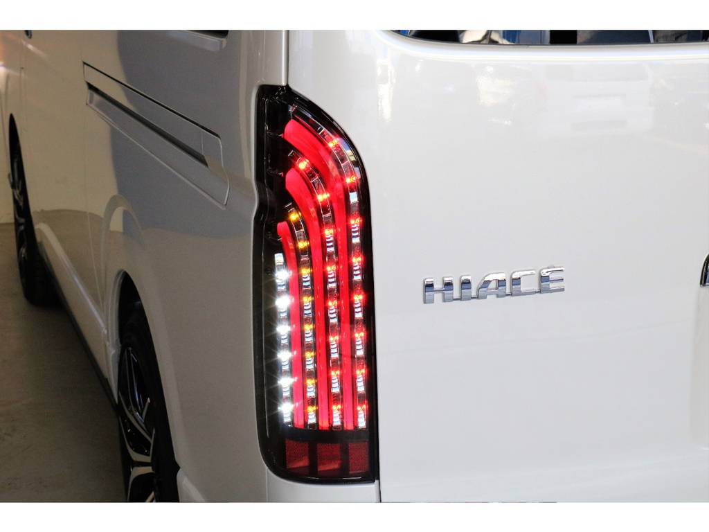 FLEXオリジナル煌きレッドLEDテールランプを装着済み!夜間での輝きは鮮烈です♪ | トヨタ ハイエース 2.7 GL ロング ミドルルーフ 4WD TSS付