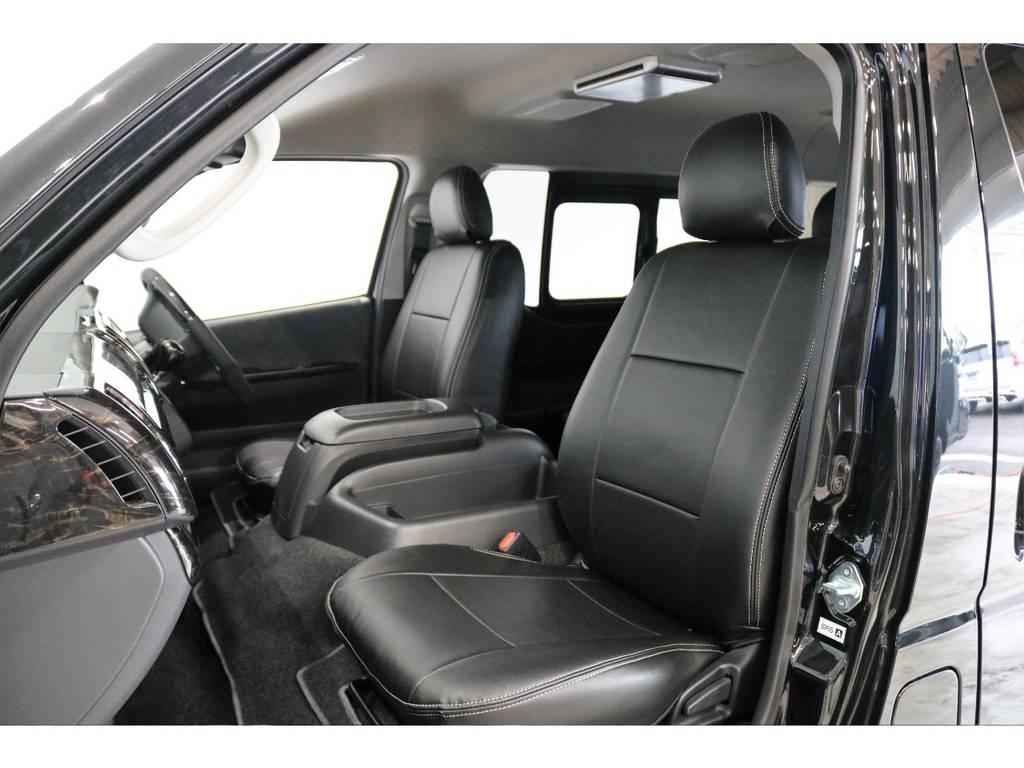 シートにはフィッティングの良いFLEXオリジナルブラックレザー調シートカバーを新品で装着して高級感を演出しています。 | トヨタ ハイエース 2.7 GL ロング ミドルルーフ 4WD TSS付