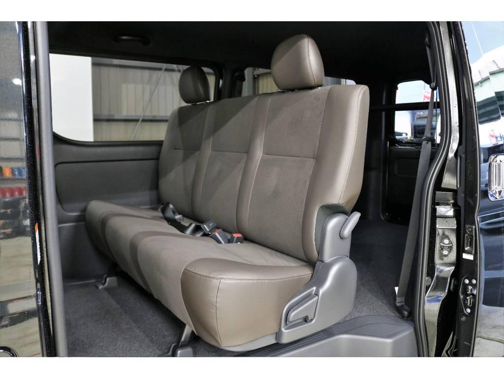 2列目もダークブラウンのハーフレザーシートです!! | トヨタ ハイエースバン 2.8 スーパーGL 50TH アニバーサリー リミテッド ロングボディ ディーゼルターボ 4WD 50TH