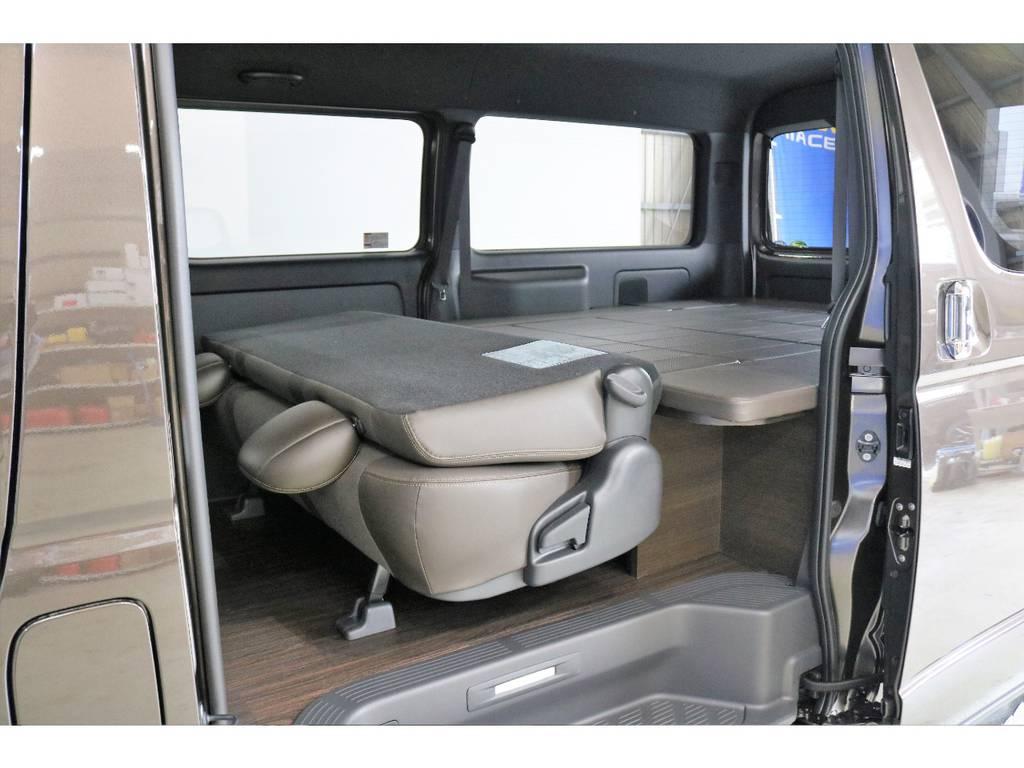 リアシート背もたれ部を倒せばベットキットとほぼ同じ高さになります♪ | トヨタ ハイエースバン 2.7 スーパーGL 50THアニバーサリー リミテッド ワイド ミドルルーフ ロングボディ4WD 50TH 4X7