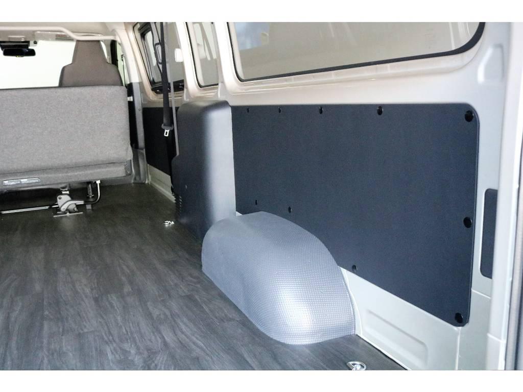 サイドパネルには黒レザーシート張り施工済みで、見た目も良好です♪   トヨタ ハイエースバン 2.8 DX ワイド スーパーロング ハイルーフ GLパッケージ ディーゼルターボ 4WD TSST付Wエアコン