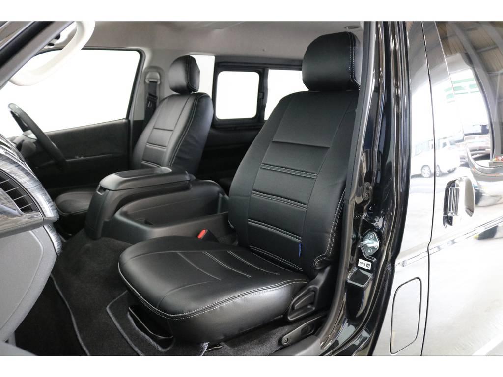 シートにはフィッティングの良いFLEXオリジナルブラックレザー調シートカバーを新品で装着して高級感を演出しています。   トヨタ ハイエース 2.7 GL ロング ミドルルーフ 4WD R1