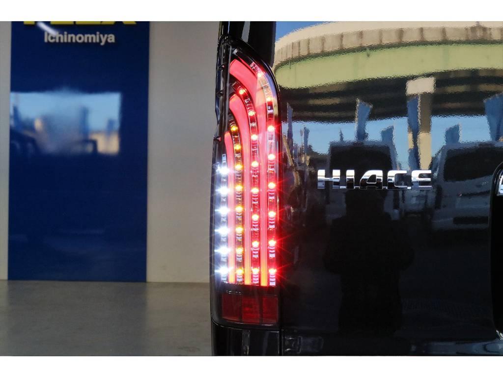 オリジナル煌きブラックLEDテールランプ | トヨタ ハイエースバン 2.8 スーパーGL 50TH アニバーサリー リミテッド ロングボディ ディーゼルターボ