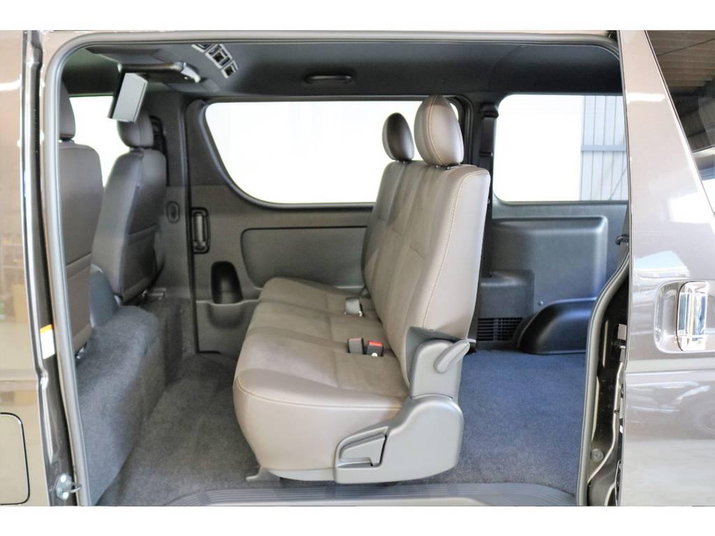 2列目もダークブラウンのハーフレザーシートです!! | トヨタ ハイエースバン 2.8 スーパーGL 50TH アニバーサリー リミテッド ロングボディ ディーゼルターボ 4WD