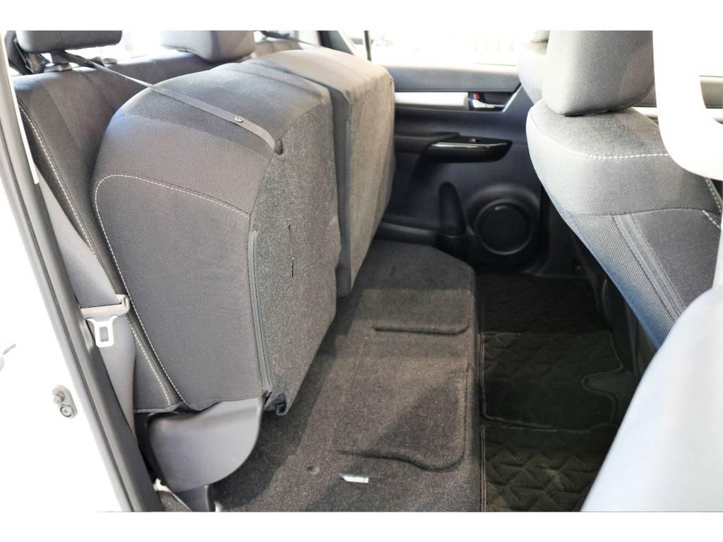 室内に大きな荷物を積めるようにリアシートは6:4分割シートになっております! | トヨタ ハイラックス 2.4 Z ディーゼルターボ 4WD Z