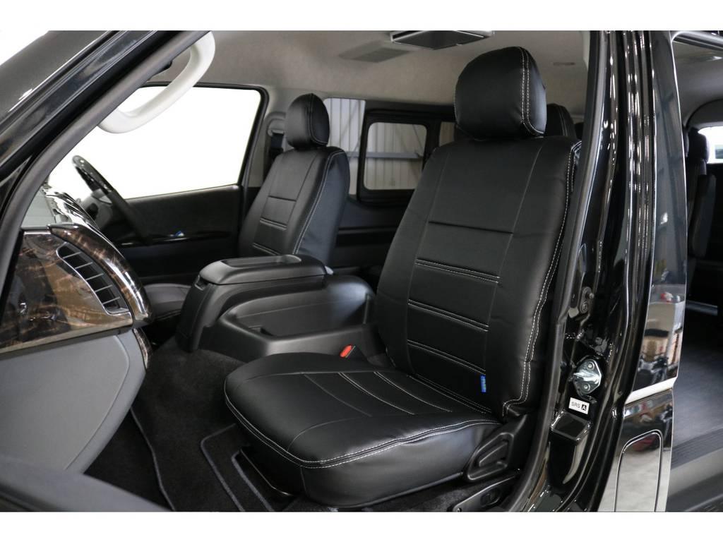 シートにはフィッティングの良いFLEXオリジナルブラックレザー調シートカバーを新品で装着して高級感を演出しています。 | トヨタ ハイエース 2.7 GL ロング ミドルルーフ 4WD 床張り