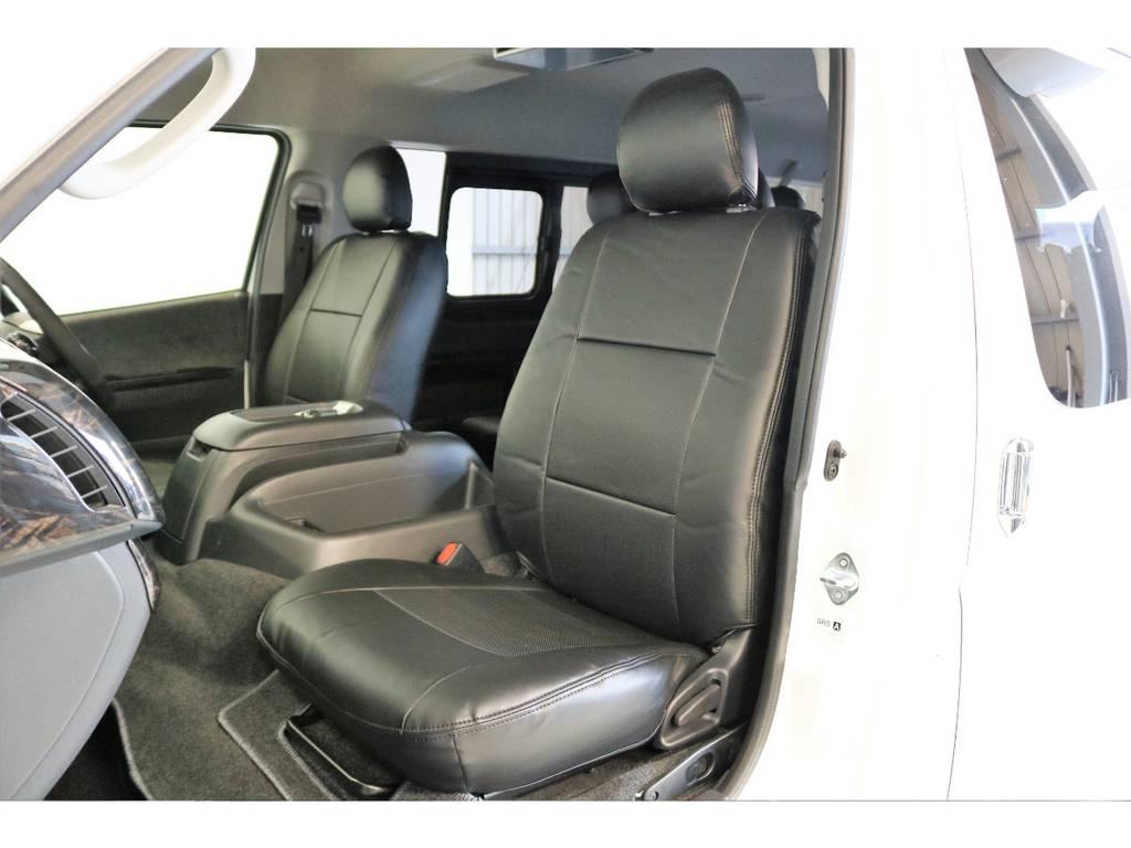 シートにはフィッティングの良いFLEXオリジナルブラックレザー調シートカバーを新品で装着して高級感を演出しています。 | トヨタ ハイエース 2.7 GL ロング ミドルルーフ 4WD スタンダードPKG