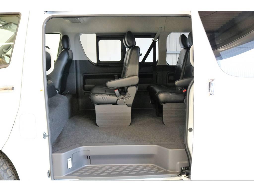 2列目以降もFLEXオリジナルブラックレザー調シートカバーを新品で装着しています。 | トヨタ ハイエース 2.7 GL ロング ミドルルーフ 4WD スタンダードPKG